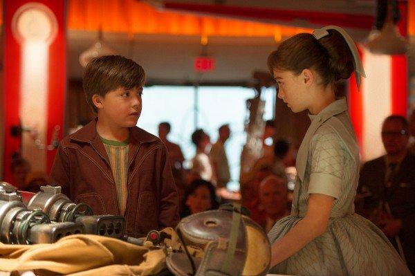 O jovem Frank( Thomas Robison) mostra para a misteriosa Athena(Raffey Cassidy) seu invento.